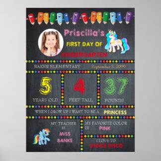 最初日の幼稚園の女の子、黒板の印の写真 ポスター