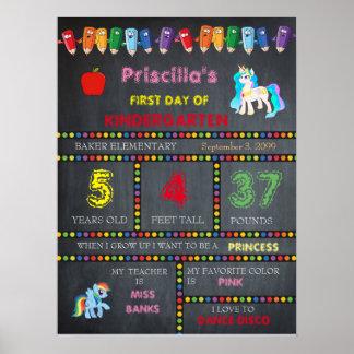 最初日の幼稚園の女の子、黒板の印 ポスター