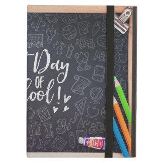 最初昼間学校の黒板及び静止した iPad AIRケース