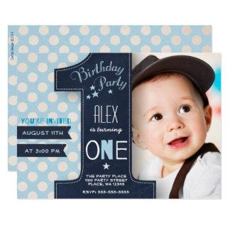 最初誕生日のパーティの招待状の男の子の黒板 カード