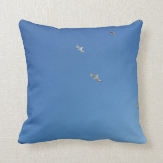 最小主義の青の空およびカモメ クッション