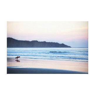 最後をつかまえるサーファーはコスタリカで振ります キャンバスプリント