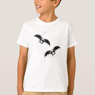 月が付いているかわいいハロウィンの漫画のこうもり Tシャツ