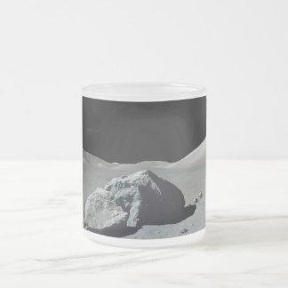 月のアポロ17宇宙飛行士そして車 フロストグラスマグカップ