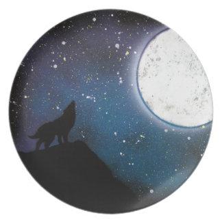 月のスプレー式塗料の芸術の絵画で遠ぼえしているオオカミ プレート