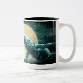 月のツートーンマグに飛んでいるザトウクジラ ツートーンマグカップ