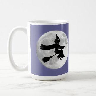 月の前のほうきの黒猫の魔法使い コーヒーマグカップ