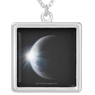 月の後ろの日光 シルバープレートネックレス