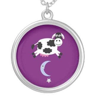 月の紫色のカスタムに跳ばれるかわいい牛 シルバープレートネックレス