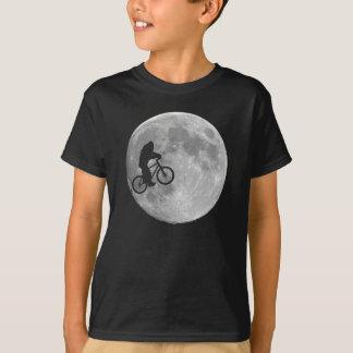 月の背景が付いているバイクのビッグフット Tシャツ