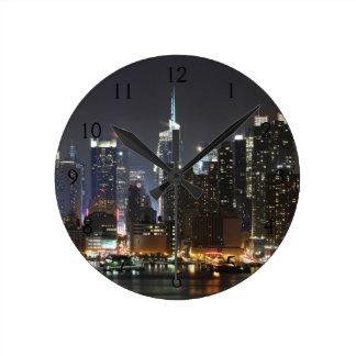 月はミッドタウンニューヨークに上がります。 ラウンド壁時計