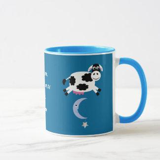 月を飛び越しているかわいい牛 マグカップ