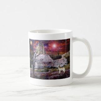 月光によって凍っていられている コーヒーマグカップ