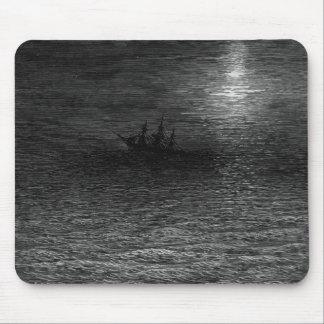 月明りの海の置き去りにされた船 マウスパッド