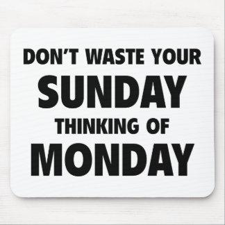 月曜日の日曜日のあなたの考えを無駄にしないで下さい マウスパッド