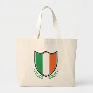 月桂樹が付いているアイルランドの旗の盾 ラージトートバッグ