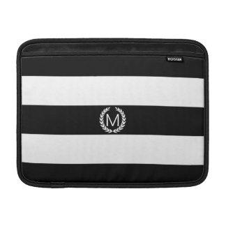 月桂樹のリースのモノグラムが付いている黒い及び白のストライプ MacBook スリーブ
