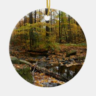 月桂樹の丘公園の反射の秋の入り江 セラミックオーナメント