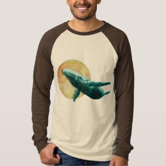 月長いSleに飛んでいるファンタジーのザトウクジラ Tシャツ