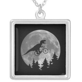 月80sのパロディが付いている空のバイクもしくは自転車に乗る人tのレックス シルバープレートネックレス