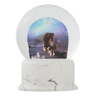 月Iを持つ美しい馬 スノーグローブ