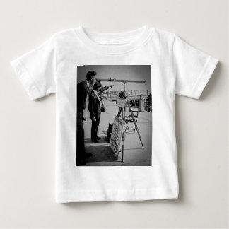 望遠鏡および人電池より低いマンハッタンNYC ベビーTシャツ