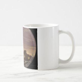 望遠鏡を通して見られる日没の航行ボート コーヒーマグカップ