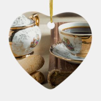 朝のエスプレッソおよびクッキーのsavoiardi 陶器製ハート型オーナメント