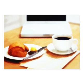 朝のコーヒー、コンピュータおよびクロワッサン カード