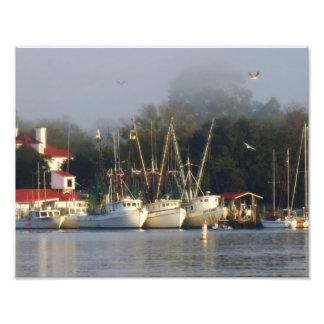朝の港のエビのボート フォトプリント