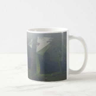 朝の霧のテント コーヒーマグカップ