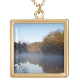 朝の霧- Contentneaの入り江、ノースカロライナ ゴールドプレートネックレス