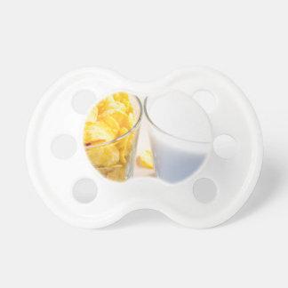 朝食のためのコーンフレークそしてミルク おしゃぶり