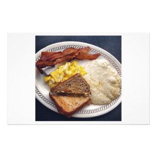 朝食のタイムのベーコンはトーストの屑に卵を投げつけます 便箋