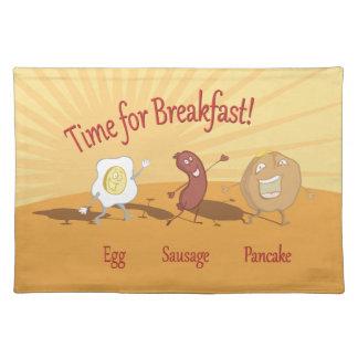 朝食の卵のソーセージおよびパンケーキナプキン ランチョンマット
