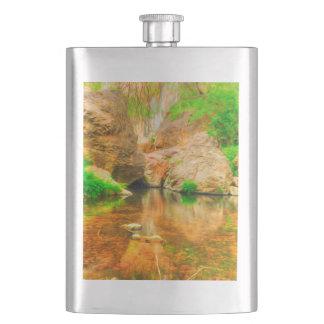 木および川との秋の景色 フラスク