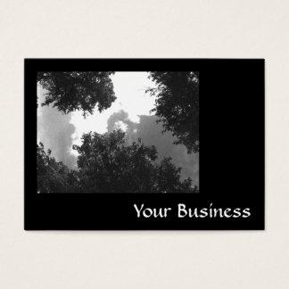 木および空の粒状の白黒イメージ 名刺