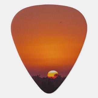 木および飛行機とのオレンジグラデーションな日没 ギターピック