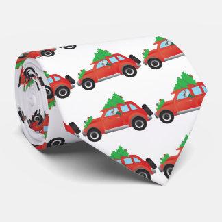 木が付いているクリスマス車を運転しているシュナウツァー犬 オリジナルタイ