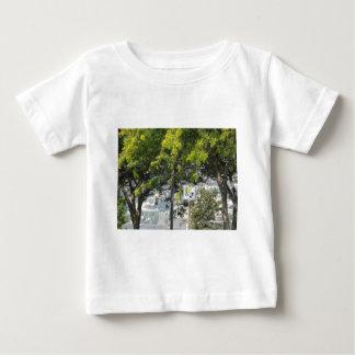 木が付いているペット歩行 ベビーTシャツ