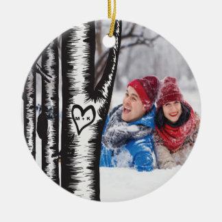 木で切り分けられるイニシャルは写真のクリスマスをつなぎます セラミックオーナメント