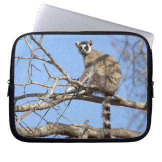 木で暖まっているリング後につかれたLemur (Lemurのcatta) ラップトップスリーブ