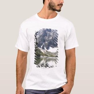 木によって組み立てられるmountain湖の反映山 tシャツ