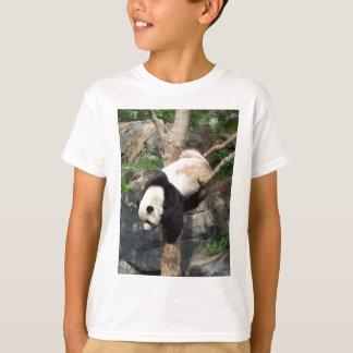 木に上っているジャイアントパンダ Tシャツ