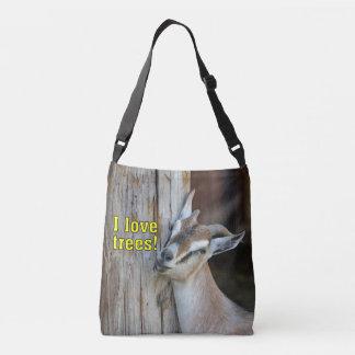 木に対して傾いているおもしろいなI愛木のヤギ クロスボディバッグ