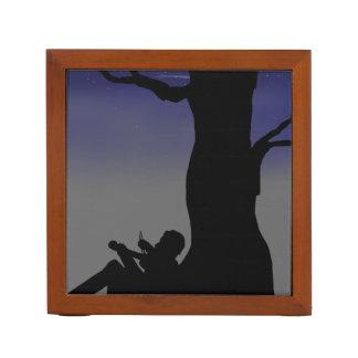 木に対して坐っているバイオリン弾き ペンスタンド
