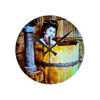 木のたらいで浸っているヴィンテージの日本のな芸者 ラウンド壁時計