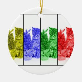 木のオーナメントのアートワークを持つクリスマスの子ネコ セラミックオーナメント