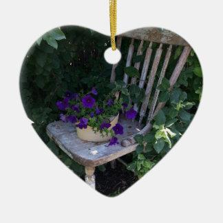 木のガーデン・チェアの紫色のペチュニアの花 セラミックオーナメント