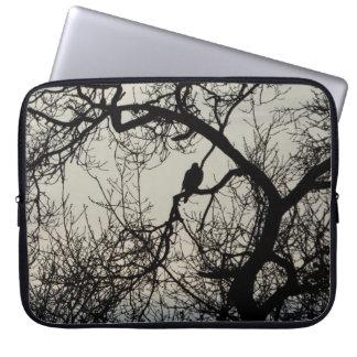 木のシルエットのデザインの鳥 ラップトップスリーブ
